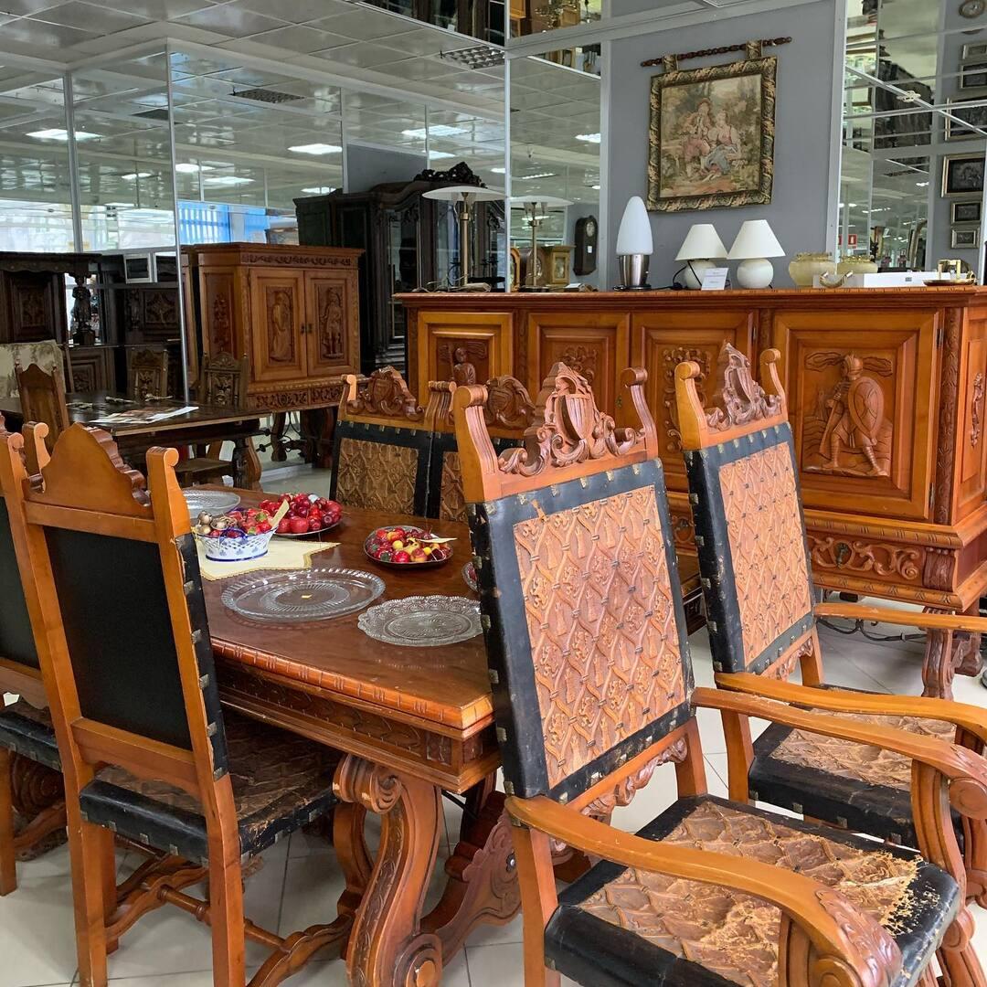 Акция на сутки ⚜️👑❗️ цена Столовой 3500$ на сутки 2000$‼️♨️ комплект: комод , бар, стол раскладной, четыре стула и два трона ‼️❗️ Киев ул. Пожарского 8. ☎️0503838532