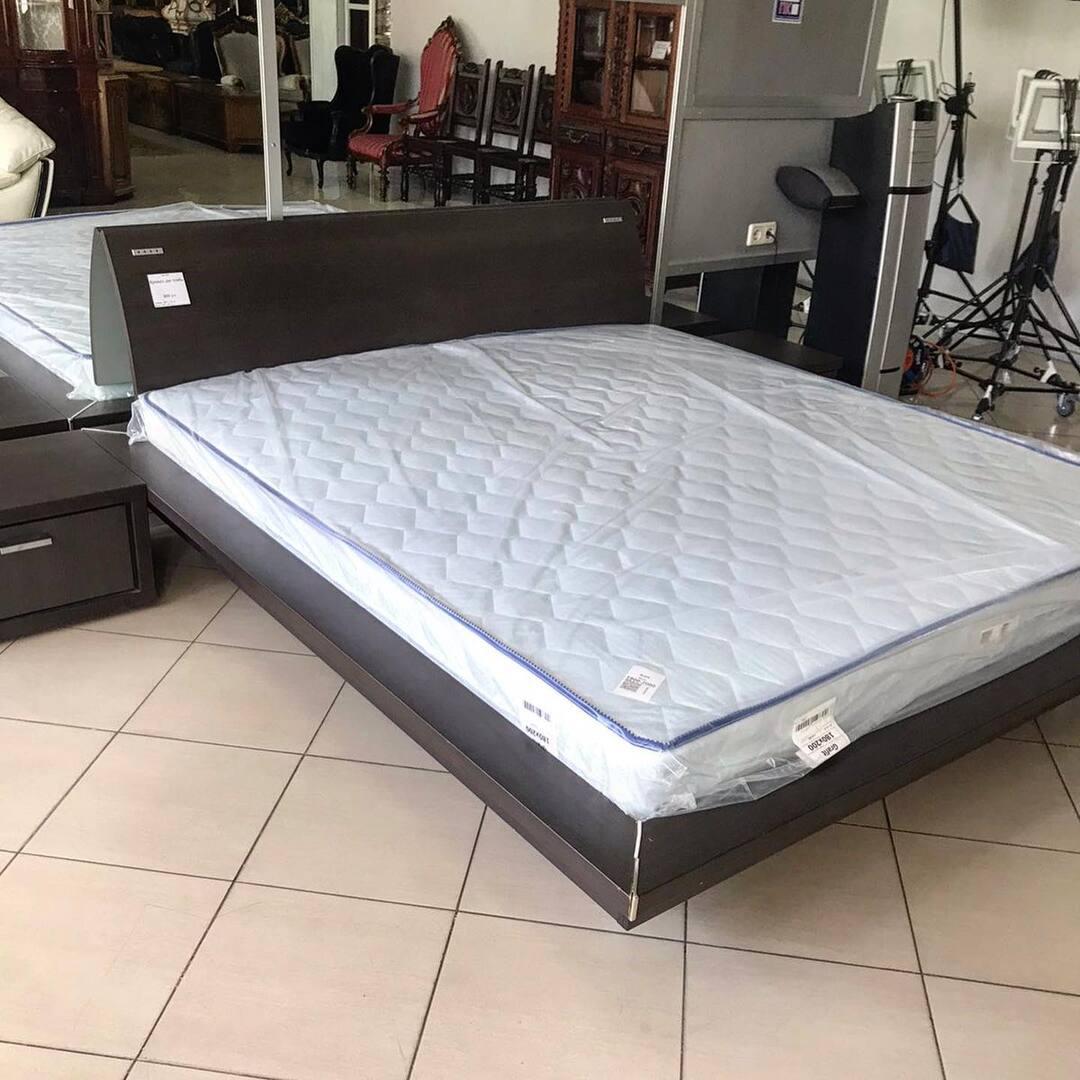 Кровать двухспальная и прикроватные тумбочки с новым матрасом и ламель. Размер матраса 180/200 см  Размер кровати с тумбочками 365 х 230  Цена 800$. #кровати #матрасы #спальня #двухспальнаякровать