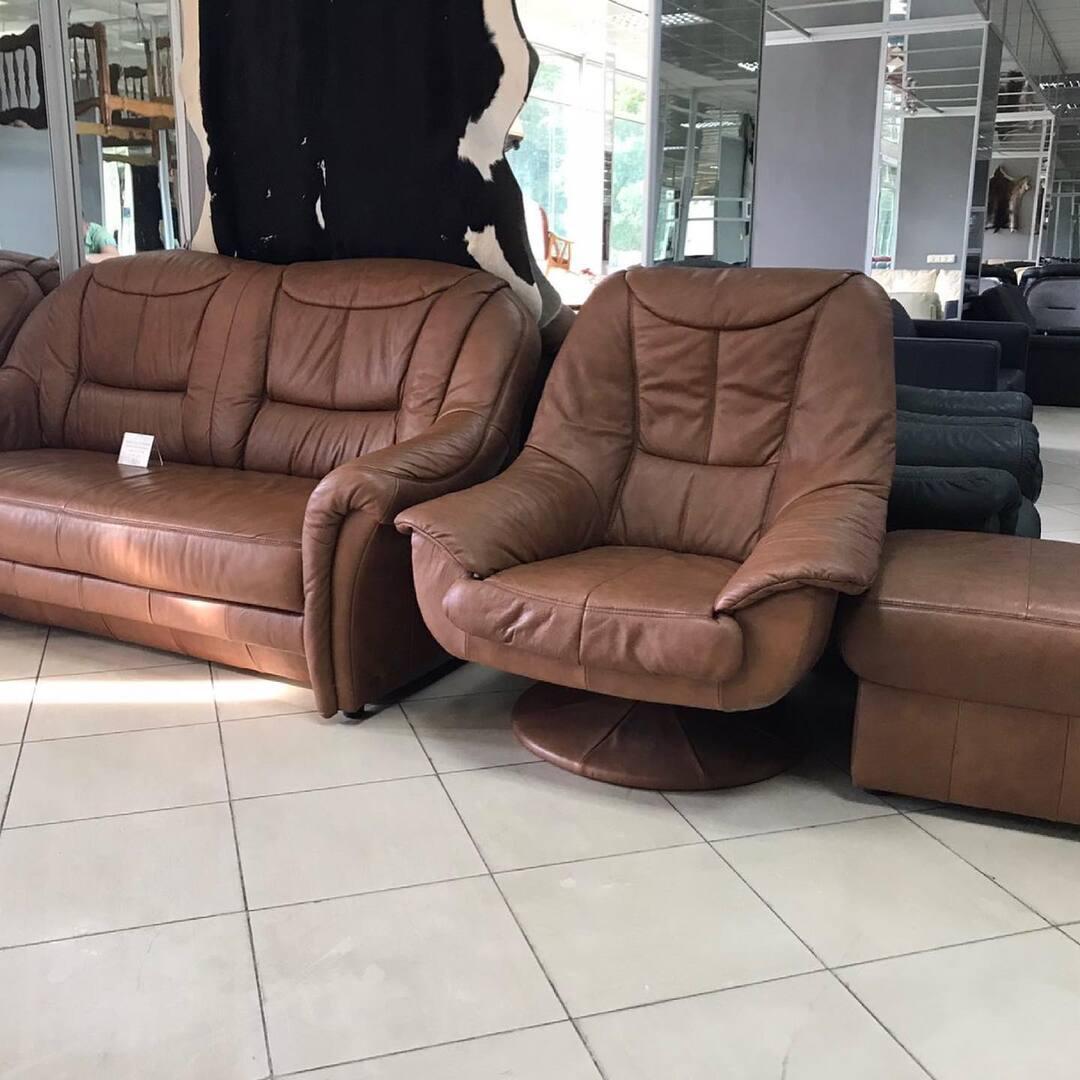 Шикарный Кожаный комплект с раскладным диваном и системой ежедневный  сон 🛌. Комплект состоит из дивана , Кресла и пуфика. Комплект в 💐🌸🌼🌻высококачественной коже и шикарного цвета. 💝Невероятно удобная Мебель . 🛋Размер; диван длинна 185 см глубина 90 см высота 100 см . Спальное место 190/125 см . Кресло ; ширина 95 см глубина 95 см высота 100 см . 🌝Цена комплекта 1100 $ ⭐️🌈🔥 📍 Киев ул. Пожарского 8. ☎️ 0503838532  #диван #диваны #диванкровать #диванукраина #дивпнпрямой #диванкиев #диванкупитькиев #диванкупить #диван #кожаныйдиван #кожаныйдиванукраина #кожаныйдиванукраина #раскладнойдиван #евромебель #мебельизевропы