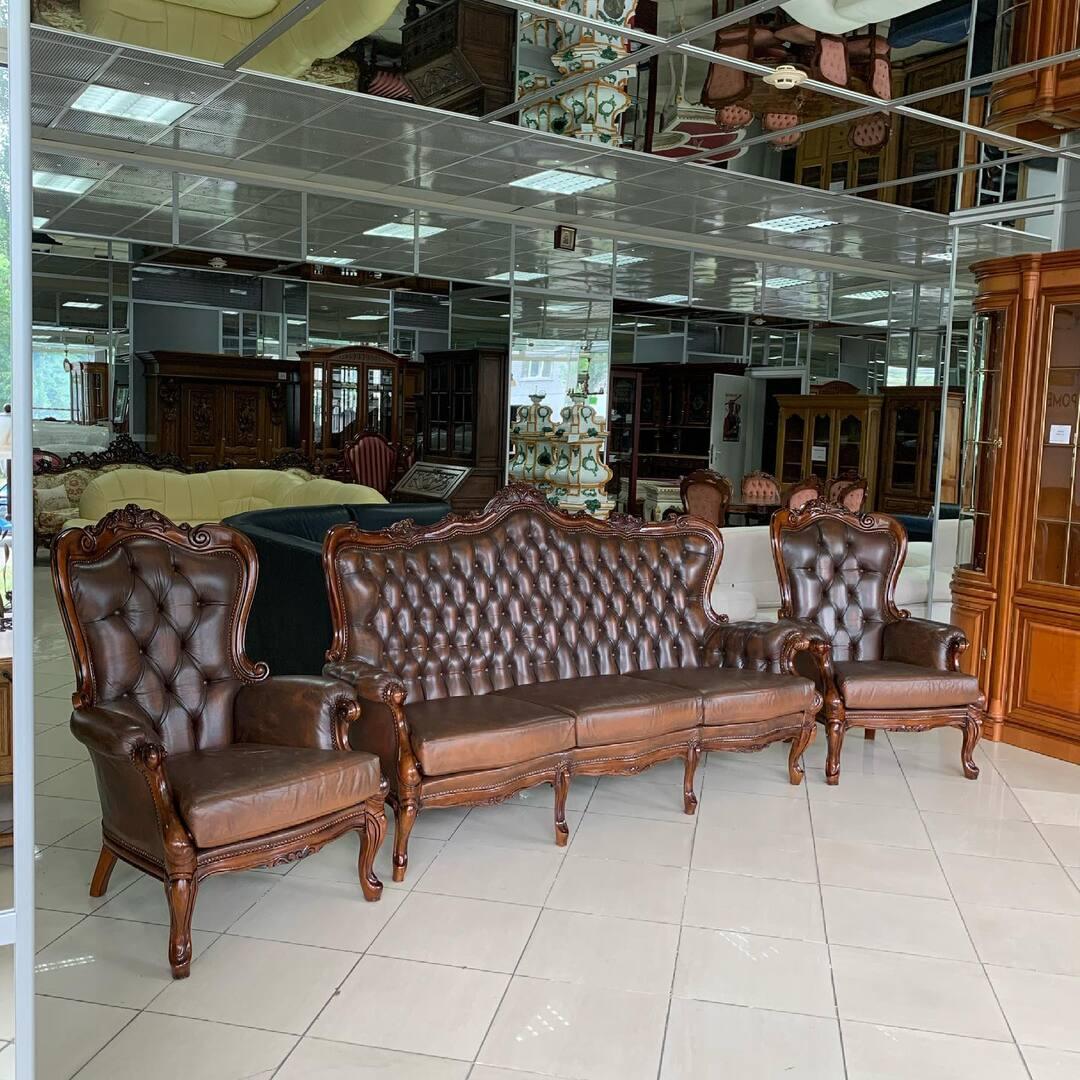 Барокоо 💖 Эксклюзивный  👉 комплект мягкой мебели  👉 диван и два кресла  👉 эксклюзивный стол  👉 комплект в отличном состоянии  👉 стол ручной работы в единственном экземпляре  👉 Комплект мягкий и удобный  👉 комплект можно купить без стола 🙌 👉 размер;  👉 🛋 длинна 200 см, глубина 80 см, высота 120 см .  👉 Кресло : ширина 80 см , глубина 80 см , высота 112 см .  👉 комплект прошёл профессиональную химчистку💕 👉 Цена комплекта со столом  2500$  👉 цена комплекта без стола 2000$  📌 Киев ул. Пожарского 8. ☎️ 0503838532